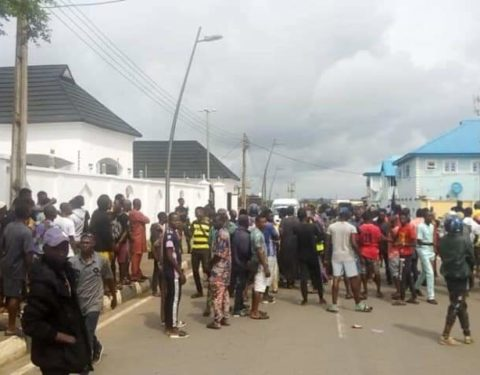 Protest as EFCC Allegedly Raids Ambode's House in Epe